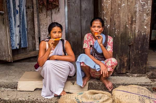 khasi-women-eating-ice-pops-india