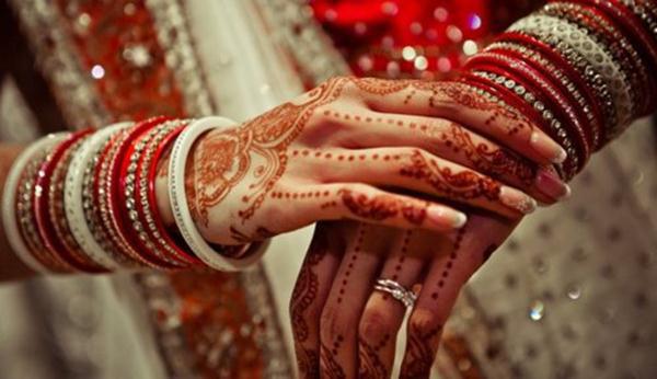 Indian-women-wearing-bangles