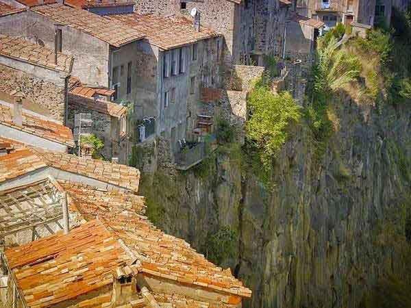 kestelfolit-de-la-roca-village-in-span