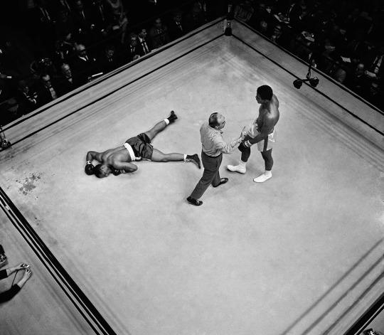 mohammad-ali-fight-knocking-down-opponent
